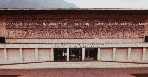 2017.11.05 Alto Adige – Depotenziamento bassorilievo del Duce a cavallo – Nessuno ha il diritto di obbedire, ma neppure quello di cancellare la storia.